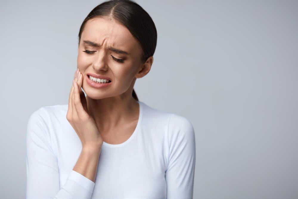 female feeling pain in jaw